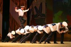 Akrobatyczny stary tradycyjny krajowy Rosyjski żeglarza taniec Yablochko Zdjęcie Royalty Free