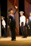 Akrobatyczny stary tradycyjny krajowy Rosyjski żeglarza taniec Yablochko Zdjęcie Stock