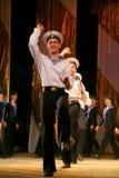 Akrobatyczny stary tradycyjny krajowy Rosyjski żeglarza taniec Yablochko Obraz Royalty Free