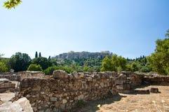 Akropolen av Aten som ses från marknadsplatsen. Grekland. Royaltyfri Foto