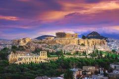 Akropolen med Parthenon och teatern av den Herodion atticusen under fördärvar av akropolen, Aten royaltyfri fotografi