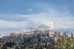 Akropolis in Athen, Griechenland, genommen von der Unterseite seines Hügels, während eines sonnigen Nachmittages Stockfotos