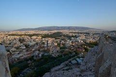 Akropoliswände und im Hintergrund die Stadt von Athen Lizenzfreies Stockbild