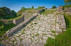 Akropolväg på Troy i Turkiet Arkivfoton