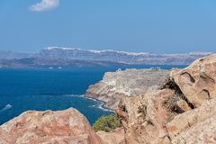 Akrotiri fyr - den Santorini Cyclades ön - Aegean hav - G arkivfoto