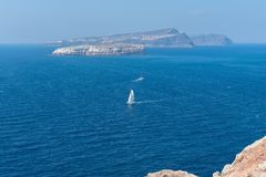 Akrotiri fyr - den Santorini Cyclades ön - Aegean hav - G arkivfoton