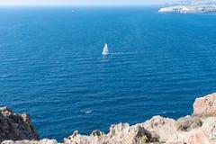 Akrotiri fyr - den Santorini Cyclades ön - Aegean hav - G royaltyfria bilder