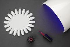 Akryl stelnar spikar polermedel, den ultravioletta lampan Arkivfoto