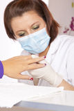 akrylen som kontrollerar märkes- fingernails, spikar Royaltyfri Bild