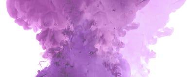 Akrylfärger och färgpulver i vatten arkivfoto