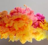 Akrylfärger och färgpulver i vatten Fotografering för Bildbyråer