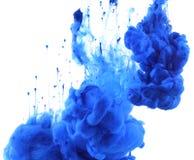 Akrylfärger och färgpulver i vatten abstrakt bakgrund arkivfoto