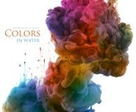 Akrylfärger och färgpulver i vatten abstrakt bakgrund royaltyfri bild
