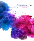 Akrylfärger och färgpulver i vatten abstrakt bakgrund royaltyfri foto