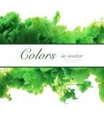 Akrylfärger och färgpulver i vatten göra sammandrag bakgrundsramen Isolator royaltyfri foto