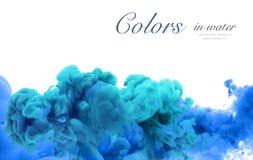 Akrylfärger och färgpulver i vatten göra sammandrag bakgrundsramen Isolator arkivfoto