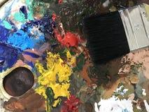 Akrylmålarfärg och borste Arkivbilder