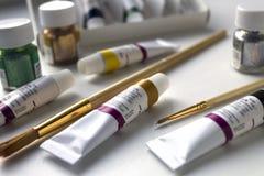 Akrylowa farba i muśnięcie dla rysować Obrazy Stock