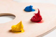 Akrylowa farba na palecie. Fotografia Stock