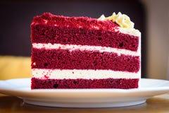 Aksamitny czerwień tort na bielu talerzu Obrazy Royalty Free