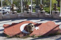 AKSARAY-KONYA高速公路,土耳其- 2015年5月07日:最著名的人民的胸象照片在土耳其 库存图片
