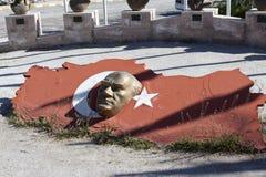 AKSARAY-KONYA高速公路,土耳其- 2015年5月07日:阿塔图尔克雕塑头照片反对土耳其旗子背景的  免版税库存图片