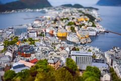 Aksla p? staden av linsen f?r Alesund lutandef?rskjutning, Norge royaltyfria foton