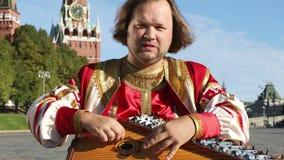 Aktör med gusli för musikinstrument lager videofilmer