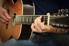 Aktör som spelar på den akustiska gitarren Royaltyfria Bilder