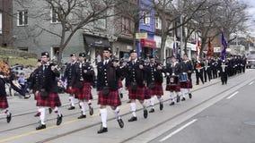 Aktörer marscherar längs drottninggatan österut i stränderna som påsken ståtar Toronto 2017 arkivfilmer