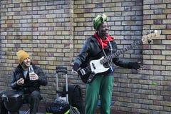 Aktörer som busking på tegelstengränden på söndag royaltyfri foto