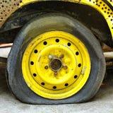 Akta sig av bilgummihjul är farligt. Arkivbild
