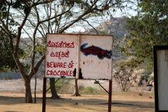 Akta sig av krokodiler, faratecken Arkivfoto