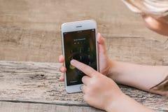 Aktau, Kazajistán, el 21 de octubre de 2017 teléfono está en la mano del ` s del niño Foto de archivo