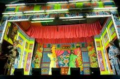 Akte van de Chinese opera met aardig kleurrijk stadium in retro stijl op het stadium van lokaal kunstfestival Royalty-vrije Stock Foto