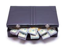 Aktenkoffer angefüllt mit Geld stockfotografie