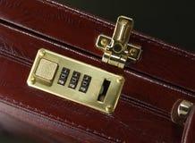 Aktenkoffer mit geöffneter Verriegelung Stockfotos