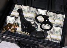 Aktenkoffer voll Bargeld und Geld Stockfotografie