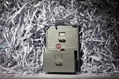 Aktenschrank und zerrissenes Papier Lizenzfreie Stockfotos