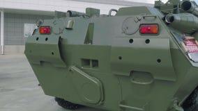 Akter av den armerade personalbäraren BTR-80 APC lager videofilmer