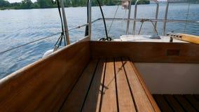 Akter av den lilla segla yachten på sommardagen arkivfilmer