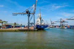 Aktern av ett havsbehållareskepp i hamnen av Rotterdam royaltyfri fotografi