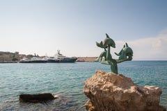 Akti Sachtouri有Delphinia的海散步,海豚雕象  罗得岛,奥尔德敦,罗得岛,希腊海岛  欧洲 库存照片