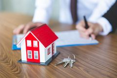 Aktie?gare undertecknade ett avtal som k?per och s?ljer fastigheten Det egenskapsinvesteringen och huset intecknar finansiellt be royaltyfria foton