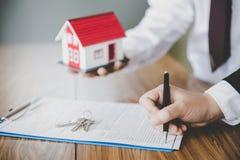 Aktie?gare undertecknade ett avtal som k?per och s?ljer fastigheten Det egenskapsinvesteringen och huset intecknar finansiellt be arkivfoton