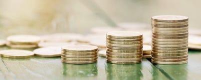Aktiemarknad investeringbegrepp - guld- pengarmynt arkivfoto