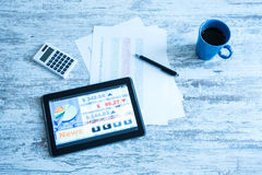 Aktiemarknad som handlar app på en minnestavlaPC Fotografering för Bildbyråer