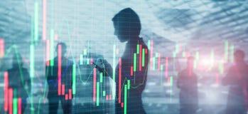 Aktiemarknaden citerar grafen Affärskvinna för dubbel exponering och aktiemarknad- eller forexgraf som är passande för finansiell royaltyfri fotografi