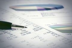 Aktiemarknaden för den finansiella redovisningen graphs analys royaltyfria foton