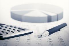 Aktiemarknaden för den finansiella redovisningen graphs och kartlägger Arkivbilder